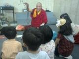 Anak-anak berusaha menjawab kuis tentang nama benda yg ditunjukkan Lama Namgyal