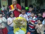 Berdoa bersama demi kebahagiaan burung yang akan dilepas