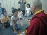 Melatih praktik kemurahan hati sejak dini melalui berdana kepada sangha