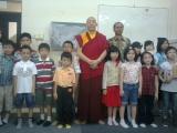 Lama Namgyal berfoto bersama Bpk Sriyanto dan anak anak SD Kartika Nasional Plus
