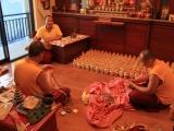 Proses pengisian bejana pusaka oleh Sangter Rinpoche dan para lama