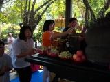 Para umat memberi penghormatan kepada Buddha Aksobhya