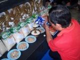 Penuangan susu pada cawan sebagai persembahan selama sesi puja