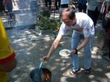 Pembakaran bubuk persembahan dalam sesi puja api