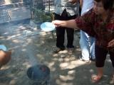 Pembakaran bubuk persembahan selama sesi puja api oleh para umat