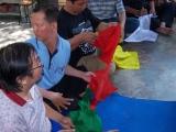 Umat menuliskan nama yang akan didedikasikan pada bendera Dharma (Lungtha)